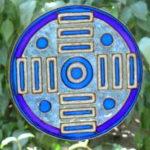Blaue Scheibe Kunstwerk am Fenster